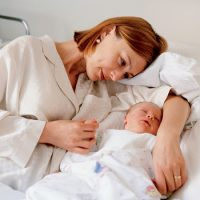 Можно ли лежать на животе после родов